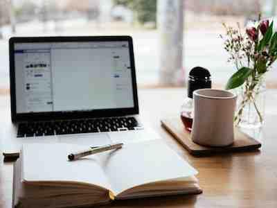 Computadora portátil en el escritorio con una introducción escrita por él