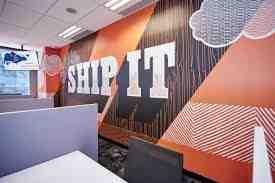 Naranja mural que dice 'buque' en un muro en HubSpot la oficina de Singapur